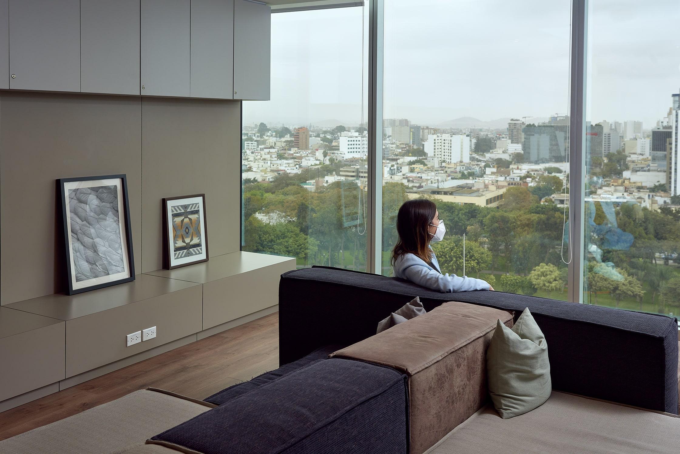 mujer descansando en la sala de estar