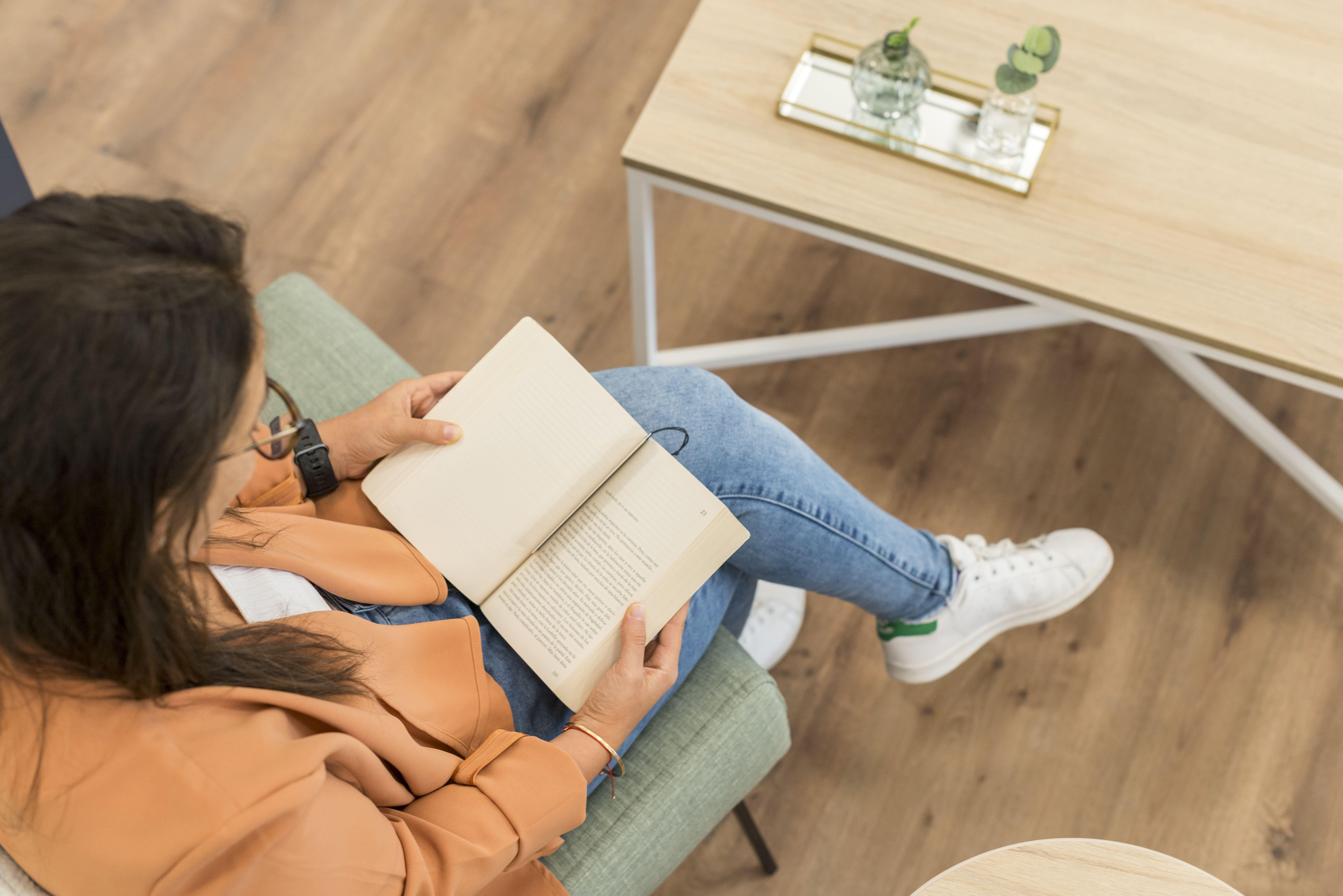 mujer leyendo un libro en su casa