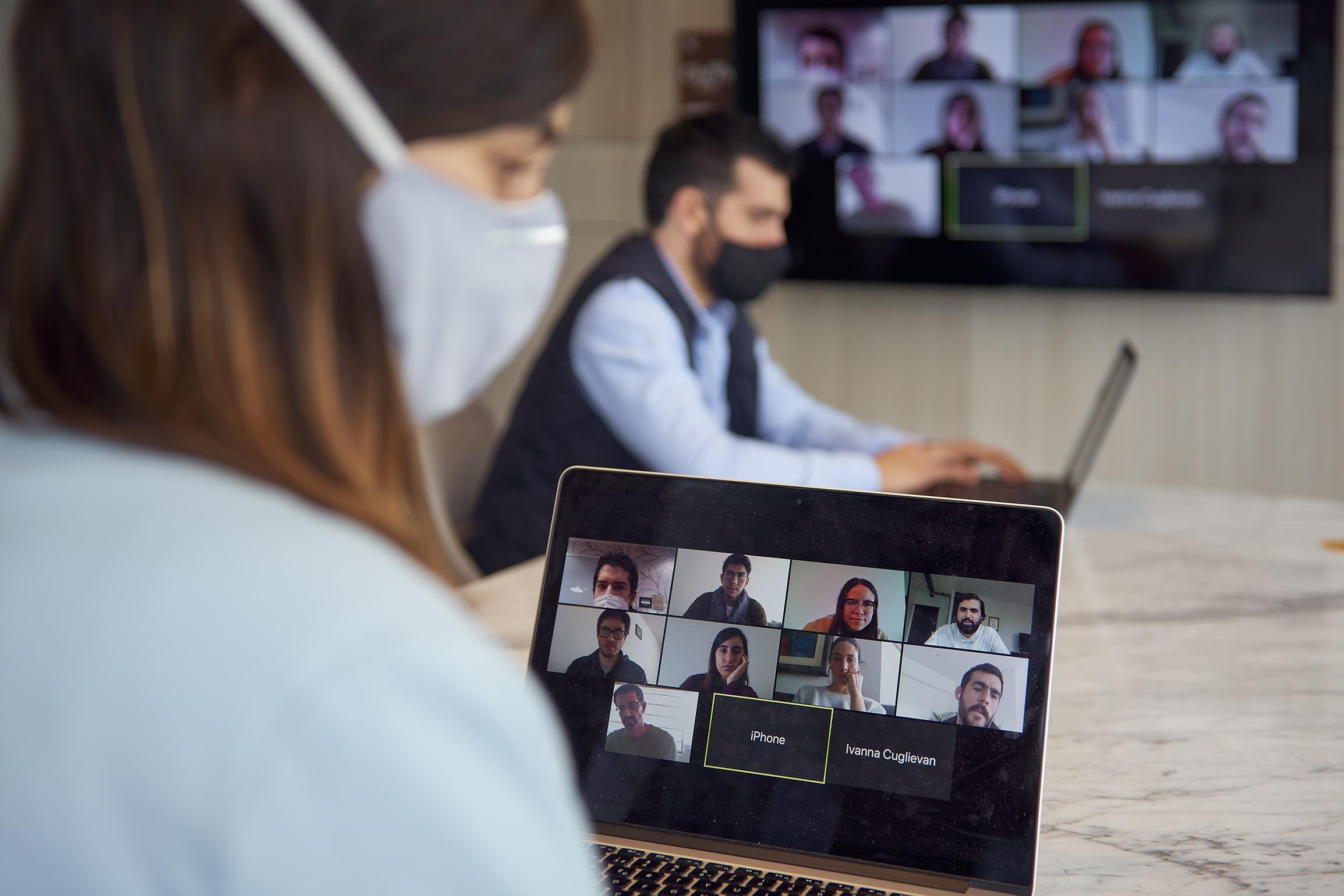mujer trabajadora en una presentacion virtual