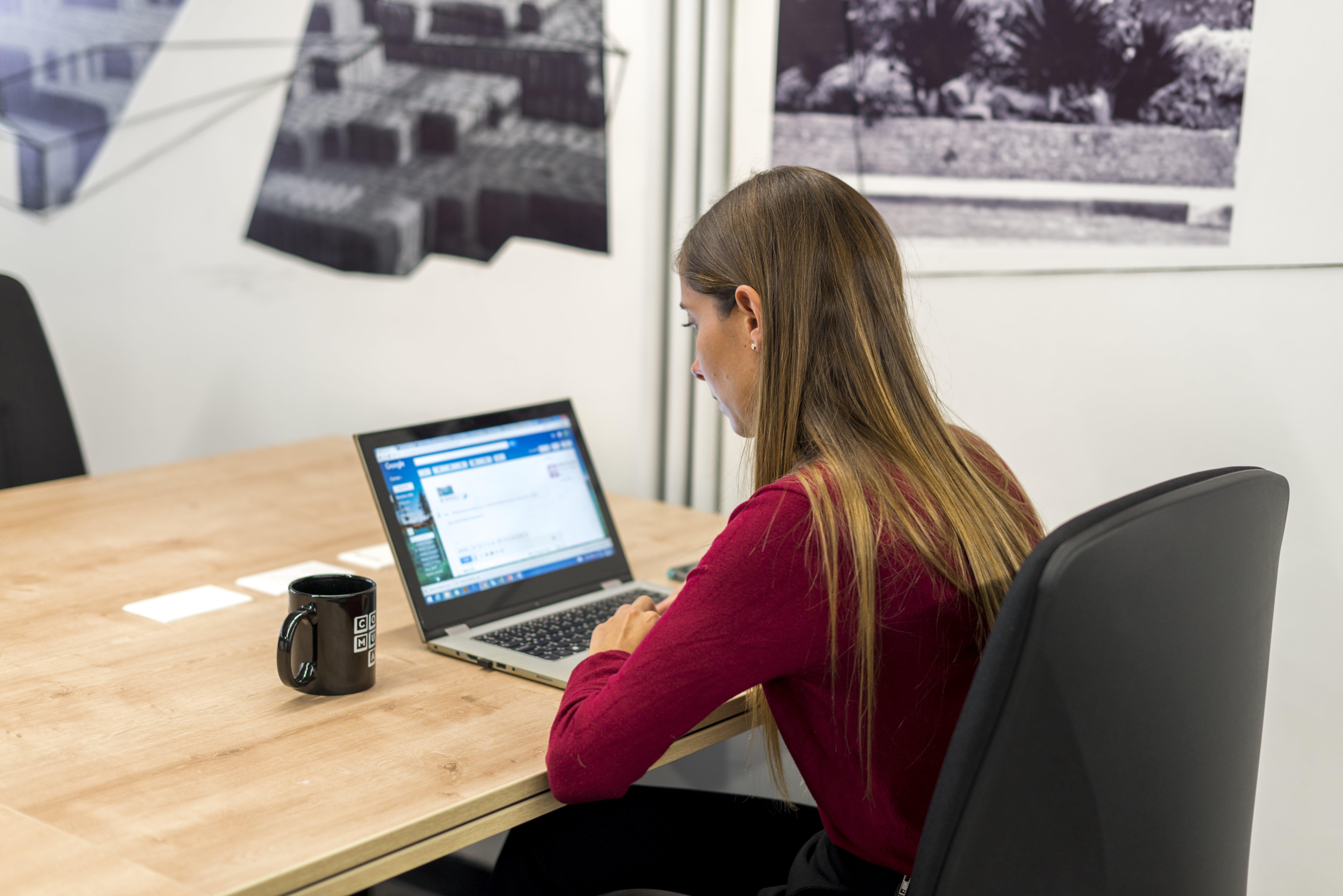 mujer usando trello en su laptop